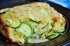 A Torta rápida de abobrinha é uma ótimo opção para as suas refeições e fica com uma massa leve e com pedaços de abobrinha por toda ela.