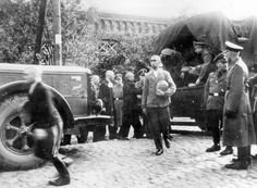 http://www.holocaustresearchproject.org/nazioccupation/images/German%20soldiers%20distributing%20bread%20rations%20to%20Polish%20civilians%2...
