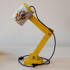 Vintage lichtblik, een staande handgemaakte lamp gemaakt van vintage blikken. Ieder lichtblik is daardoor uniek. Het snoer van de lamp is van een