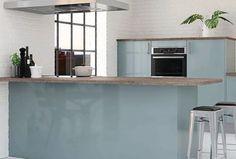 Cuisine Astral, façades en acrylique métallisé, hotte en aluminium brossé, plan de travail en bois vieilli sombre, façades panneaux de fibres moyennes densité (médium)épaisseur 18 mm, revêtement acrylique, contre-face en polypropylène coloris gris aluminium, chants en ABS 1,3mm bicolores bleu et gris aluminium, caissons panneau de particules mélaminés double face épaisseur 16mm, qualité E1, tiroirs en métal avec amortisseurs, à partir de 3 881,22 € (meubles, accessoires et sanitaire, écotaxe…
