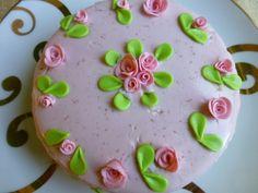 Tarta de nata y fresa con rosas de azúcar. Ver la receta http://www.mis-recetas.org/recetas/show/43580-tarta-de-nata-y-fresa-con-rosas-de-azucar