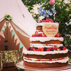 Naked cake for wedding cake.ウェディングケーキにはネイキッドケーキを。ベリーたっぷりのケーキがガーデンにぴったりです。おふたり手作りのケーキトッパーがキャンプウェディングのテーマのアクセントに。  #wedding#bridal#bride#weddingcake#patisserie#cake#pastry#kitchen#tablesetting#tablecordinate#結婚式#婚礼#新娘#結婚準備#ウェディングケーキ#フラワーアレンジメント#cafe#パティシエ#プレ花嫁#nakedcake#ネイキッドケーキ#披露宴#baking#gardenwedding #ガーデンウェディング #caketopper #outdoorwedding#キャンプ #camp