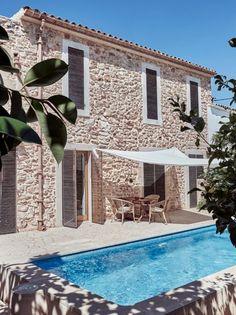 An architect's modern holiday home on Mallorca Cozy Backyard, Backyard Seating, Outdoor Seating, Backyard Ideas, Exterior Design, Interior And Exterior, Future House, My House, Mediterranean Homes