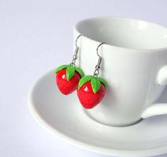 Strawberry earrings dangle fruit kawaii by ShinyStuffCreations Polymer Clay Figures, Cute Polymer Clay, Polymer Clay Charms, Handmade Polymer Clay, Polymer Clay Jewelry, Diy Clay Earrings, Funky Earrings, Dangle Earrings, Clay Food