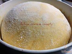 Ez a recept az első helyen szerepel a virtuális szakácskönyvemben. Ha édességet készítek, és kelt tésztára van szükségem, akkor ezt a legegyszerűbb, fantasztikus kelt tésztát használom. Ideális kalácsokhoz, lekvárral vagy gyümölccsel töltött buktához, édes fánkokhoz. Szinte bármit készíthetünk belőle. A kelesztési idő kb. fél óra, jóval rövidebb, mint általában a kelt tésztánál. A kész tészta lágy, omlós, és nagyon-nagyon puha.