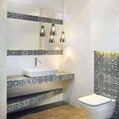 Łazienka białe płytki, wzory. Połączenie białych płytek ściennych z dekoracjami w stylu marokańskich dekorów to rozwiązanie modne i ponadczasowe. Ekspozycja w salonie w Krakowie.