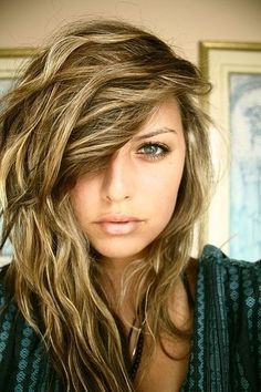 Love these highlights with the beachy waves. Such a summer look!