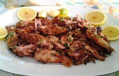Una ricetta semplicissima senza rinunciare al gusto unico del mare. I totani con la croccante panatura al pangrattato aromatizzato all'aglio e prezzemolo si mantengono morbidissimi all'interno