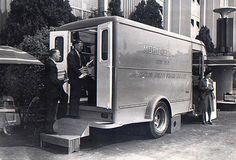 I LOOOOVE bookmobiles!!