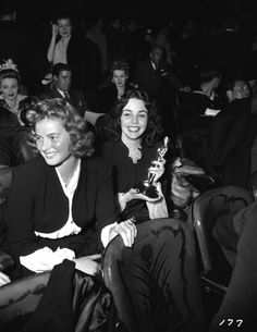 "Ingrid Bergman and Jennifer Jones at the 1943 Academy Awards. Jennifer Jones won Best Actress Oscar for ""The Song of Bernadette"". Old Hollywood Movies, Hollywood Actor, Golden Age Of Hollywood, Hollywood Stars, Classic Hollywood, Vintage Hollywood, Jennifer Jones, Ingrid Bergman, Swedish Actresses"