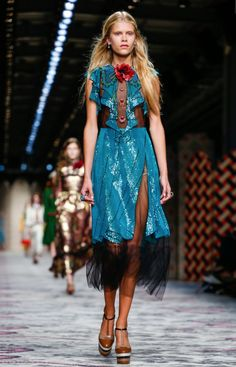 Gucci Spring/Summer 2016 ready-to-wear collection in Milan Fashion Week. Live Fashion, Fashion 2017, Runway Fashion, Casual Dresses, Fashion Dresses, Gucci Dress, Milan Fashion Weeks, Tulle Dress, Sexy Outfits
