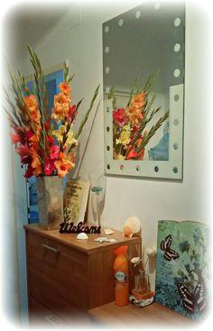 Unser Vorzimmer :) jede Woche gibt's neue #Blumen solange man diese noch schneiden kann. Ebenso habe ich uns ein #beach #feeling passend zu unserem Badezimmer in unsere Wohnung geholt. So haben wir jedesmal eine Freude wenn wir unser dekoriertes leider dunklen Eingangsbereich betreten :)   #fresh #flower #dekoration #welcome #home  #shells #butterfly Flyer, Beach, Painting, Art, Entryway, Joy, Darkness, Decorating, Bathroom