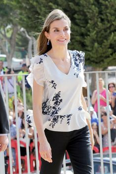 Tuesday, September Letizia Queen presided over the opening ceremony of the school year school Ginés Morata in Almeria. Casual Wear, Casual Outfits, Fashion Outfits, Womens Fashion, Estilo Real, Western Tops, Work Fashion, Fashion Design, Polka Dots