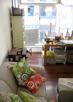 Descanso no sofá para costurar livros by Zoopress studio, via Flickr
