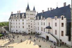 Château de Nantes ducs de Bretagne Este gigante de granito y toba blanca es el último castillo de los bordes del Loira. Sus remarcables edificios de los siglos XV y XVII le arrastran a la magia de un auténtico viaje al corazón de la historia. Testigo de la historia de Nantes y de la Bretaña, el castillo de los duques de Bretaña representa un sitio patrimonial excepcional en pleno centro de la ciudad.
