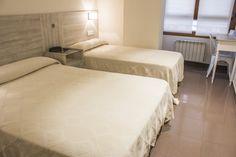 Habitación familiar, cama de matrimonio y cama de 90cm, tv plana y mesa escritoria, habitación exterior. #gijon #hotelescentrogijon