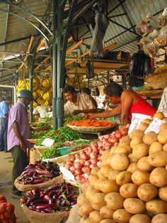 île Maurice : marché à Port Louis qui est un fabuleux témoignage de la diversité culturelle, architecturale et religieuse où les quartiers d'affaires arborent leurs bâtiments administratifs à côté d'une pagode, d'un temple et d'une mosquée.