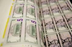 Dólar cierra a la baja por avance en mercado de capitales de China