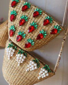 straw bags for this summer ✔️ - women gloves fashion Summer Handbags, Purses And Handbags, Summer Bags, Summer Diy, Potli Bags, Diy Handbag, Boho Bags, Basket Bag, Handmade Bags