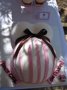 I love these pregnant belly cakes! #babyshower #cake