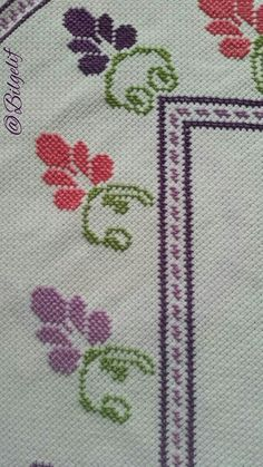 Detaylı seccade örneği Cross Stitch Borders, Cross Stitch Flowers, Diy And Crafts, Projects To Try, Embroidery, Crochet Trim, Counted Cross Stitches, Carpet Runner, Herb