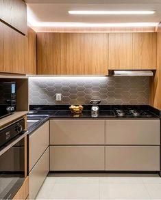 Cozinha com bancada preta, armários inferiores fendi e aéreo amadeirado. Por Studio Creare. Acompanhe @criativa_inspiracao