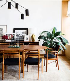 A dining room decor to make your guests feel envy! Grab the best dining room decor ideas to make your dining room design be the best when it comes to modern dining rooms designs. A best of when it comes to interior design ideas. Modern Dining, Retro Home Decor, Dining Room Decor Modern, Dining Furniture, Mid Century Modern Interiors, Dining Room Decor, Mid Century Modern Dining Room, Mid Century Dining Room, Vintage Dining Room
