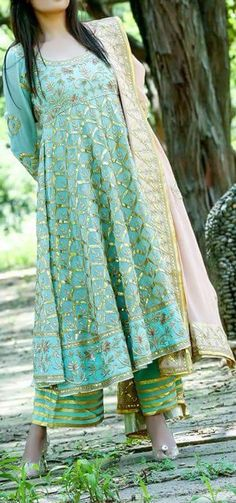 #pintrest@Dixna deol India Fashion, Ethnic Fashion, Women's Fashion, Indian Attire, Indian Wear, Pakistani Outfits, Indian Outfits, Look Short, Sari