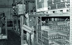 Tukkuportaan työntekijä nostelee SOK:n varastolla kahvia rullakkoon.