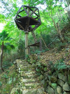 Bizarre Treehouse by romanedirisinghe, via Flickr