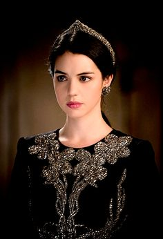 The Enchanted Garden - Adelaide Kane as Mary Stuart in Reign (TV Series,. Adelaide Kane, Reign Season 2, Marie Stuart, Reign Tv Show, Reign Mary, Mary Queen Of Scots, Reign Dresses, Reign Fashion, Red Queen