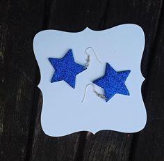 Náušnice+hvězdičky+modré+Hvězdičky+jsou+vyrobeny+z+pěnové+gumy+a+mají+třpytivý+efekt.+Velikost+hvězdičky+je+4+x+4+cm.+Náušnice+jsou+velmi+lehké,+na+uších+je+vůbec+necítíte.+Ideální+a+párty,+oslavu,+na+světle+se+krásně+třpytí.