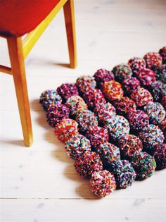 DIY pom pom rug. I'm in love with the texture of this - maybe for a pillow or blanket?