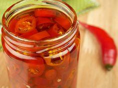 E você já pensou em fazer sua própria conserva de pimenta em casa? Ótima para acompanhar aquele seu prato favorito e dar um toque a mais em diversas preparações essa conserva vai ser sucesso.