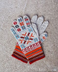 This set of gloves and hat was inspired by the gloves from Tarvastu (ENM 749 - original gloves are orange.). Alltogether they are so beautifully grey and graceful, very suitable for a real snow queen.