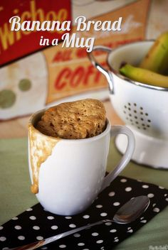 microwave banana bread mug cake Microwave Banana Bread, Banana Bread Mug, Banana Coffee, Mug Recipes, Sweet Recipes, Dessert Recipes, Cooking Recipes, Bread Recipes, Easy Microwave Recipes