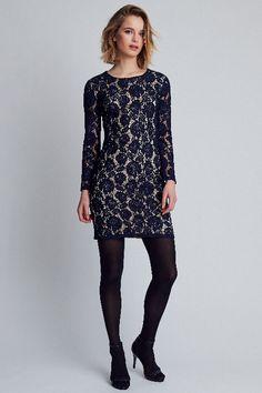 524828c1843571 Dit donkerblauwe kanten jurkje van DryLake heeft een nude-kleurig  onderjurkje. Het jurkje heeft