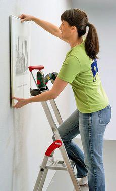 Selbst ist die Frau: Bilder aufhängen an einer Gipskartonwand? Mit einem Hohlraumdübel ist das kein Problem!