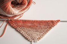 Comienzo de un chal de lana de punto bobo