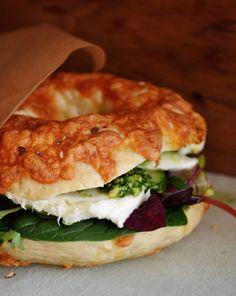 Vegetar bagelsandwich med smøreost, mozzarella, pesto, agurk og salat.