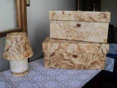 Caixas e abajur revestidos com filtros de café usados Decoupage, Storage Chest, Decorative Boxes, Diy, Gifts, Furniture, Home Decor, Crafts At Home, Handmade Crafts