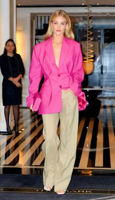 Jennifer Aniston and Every Other Celeb Wear This Staple Trending at Nordstrom Best Rosie Huntington-Whiteley outfit in a blazer and. Jennifer Aniston, Fashion Fail, Fashion Week, Fashion Trends, Rosie Huntington Whiteley, Moda Fail, Celebrity Outfits, Celebrity Style, Mode Outfits