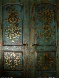 stenciled main door... with a distressed look... swoon!