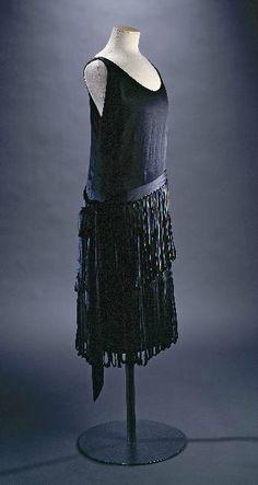 Jeanne Lanvin : Robe « Neptune », hiver 1926-1927. Satin de soie noire, franges en biais de satin noir. Collection Palais Galliera © Katerina Jebb, 2014
