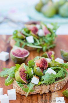Deliciosa tosta de higos, rúcula y queso fresco, ideal para una cena ligera.