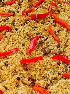 Esta receta es muy popular en puerto rico para navidades, pero la puedes hacer todo el a~o...Esta receta es de 1 taza y media de arroz y 1 taza y media de caldo de pollo tiene que ser arroz grano mediano.