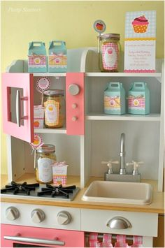 I don't know why I keep bumping into this lovely play kitchens! I don't have kids, I'm not even married and I can't wait to have a little girl so I can build one of these! ha ha!