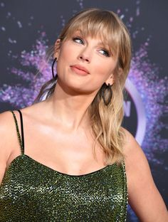 Taylor Swift Web Photo Gallery: Click image to close this window Selena And Taylor, All About Taylor Swift, Taylor Swift Hot, Taylor Swift Songs, Taylor Swift Style, Red Taylor, Taylor Swift Pictures, Selena Gomez, The Duff
