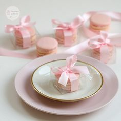 Pretty rose macaron wedding favors Meringue Suisse, Cupcakes, Pretty Roses, Wedding Favors, Macaron Wedding, Macarons, Party Time, Panna Cotta, Table Decorations