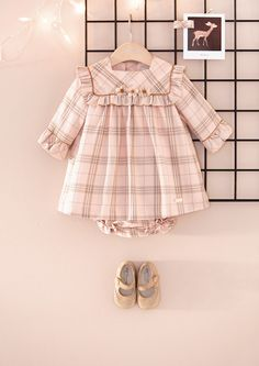 Pili Carrera online, moda infantil online Baby Girl Dress Patterns, Baby Dress Design, Baby Clothes Patterns, Little Girl Dresses, Cute Baby Dresses, Dress Girl, Baby Outfits, Kids Outfits, Baby Frocks Designs